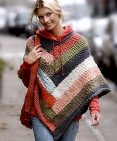 Poncho i striber - Hendes Verden. I never like ponchos. But I like this one and the color and I like it over the sweatshirt. It's probably just because this girl pulls it off beautifully though. Knitting Patterns Free, Knit Patterns, Free Knitting, Free Pattern, Poncho Pattern Sewing, Pattern Ideas, Poncho Outfit, Poncho Shawl, Wool Poncho