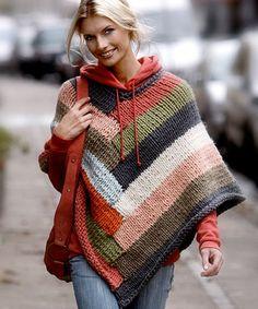 El poncho es una prenda muy confortable, con la ventaja de que uno se ahorra tejer las mangas y, más importante aún, que abriga una barbaridad. Claro que ofrece cierta versatilidad, pues puede real...