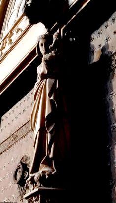 Catedral de Tarragona.   Preciosa Virgen en el parteluz ,y en su pedestal ,se representan escenas del Génesis con la creación de Adán y Eva y el Pecado original.  Cathedral of Tarragona.    Precious Virgin in the mullion, and in its pedestal, scenes of Genesis are represented with the creation of Adam and Eve and the original Sin,