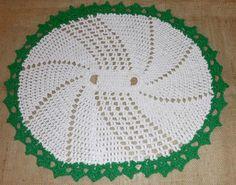 Tapete oval branco com detalhe em verde. Rug white and green.