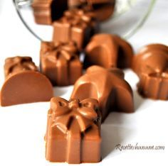 Small milk chocolates filled with a brilliant praline ganache, a . Chocolate Bonbon, Chocolate Filling, How To Make Chocolate, Chocolate Lovers, Desserts With Biscuits, No Cook Desserts, Mini Desserts, Chocolates, Diy Christmas Crackers