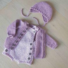 Fordi et sett er kjekkere enn et enkelt plagg . . . . . . . . . . . #babystrikk #babystrikkrepost #dropsgarn #babymerino #merinoextrafine #kjappstrikkadrakt #perlejakke? #vinterkyse #barselgave #barselstrikk #gavestrikk #babyknits #instaknit #strikking #strikkedilla #knitstagram #jentestrikk #knitting #strikking