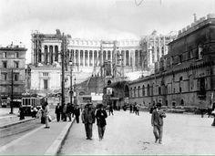 Piazza Venezia (1910) Il Vittoriano in costruzione, Palazzetto Venezia in demolizione, Arco di S.Marco a destra. :)