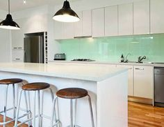 A stunning kitchen splashback can completely transform the look and feel of your kitchen. Here are our pick of splashback trends to liven up your kitchen. Glass Splashbacks Kitchen, White Contemporary Kitchen, Kitchen Remodel, Interior Design Kitchen, Glass Kitchen, New Kitchen, Home Kitchens, Kitchen Design, Contemporary Kitchen Island