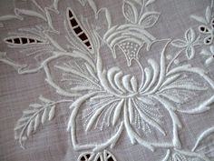 Vintage whitework embroidered tablecloth with large daffodils and other flowers. Cutwork Embroidery, White Embroidery, Hand Embroidery Designs, Vintage Embroidery, Embroidery Stitches, Embroidery Patterns, Art Patterns, Japanese Embroidery, Flower Embroidery