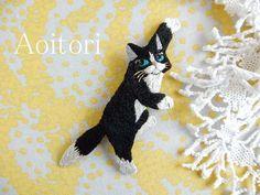 刺繍でひと針ひと針、大切に生まれた守り猫のブローチ