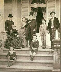 Última foto oficial da família imperial no Brasil, tirada às vésperas da Proclamação da República, em novembro de 1889, no palácio da Princesa Isabel, em Petrópolis. Foi autografada pela família já em alto-mar, rumo ao exílio em Paris, onde D. Pedro II morreria dois anos depois