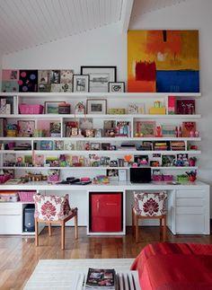 A estante, que ocupa uma parede inteira do quarto, tem prateleiras com divisórias para organizar todos os itens de papelaria. A marcenaria c...