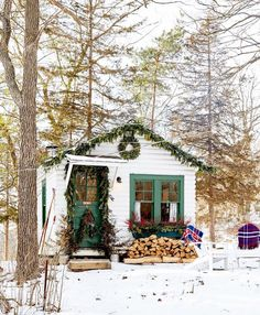 Christmas Decoration of Tiny Cottage or Shed Cozy Cottage, Cottage Homes, Cottage Style, Cozy Cabin, Decor Home Living Room, Room Decor, Winter Cabin, Cozy Winter, Winter Holidays