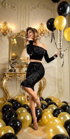 Disponibil pe www. 35th Birthday, 30th Birthday Parties, Birthday Woman, Cute Birthday Pictures, Birthday Photos, 35e Anniversaire, 30th Birthday Ideas For Women, 30th Birthday Decorations, Birthday Party Photography
