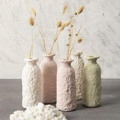 Paperimassan avulla päällystetyt pullot ovat viehättäviä koristeita. Paper Mache Diy, Paper Crafts, Vase Deco, Diy Candle Holders, Bottle Cover, Diy Décoration, Home And Deco, Diy Home Crafts, Pottery Art