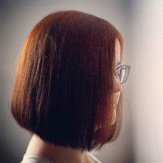 Na www.bit.do/farbowane relacja z pierwszego etapu przechodzenia z ciemnej farby na farbowanie henną. Jeżeli boicie się zielonych włosów i strasznych rezultatów zobaczcie koniecznie. Henna nie rozjaśnia dlatego przy ciemnych włosach efekty będą inne niż przy farbowaniu włosów blond. U @antyfemina henna świetnie łapie włosy naturalne dlatego myślę że po zapuszczeniu ich będzie bardzo ładnie  mam nadzieję że wpis się Wam przyda i że za max. Pół roku zobaczycie już całą długość docelową…