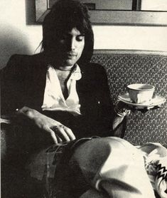Freddy Mercury: a queen and his tea. People Drinking Coffee, Drinking Tea, John Deacon, Pu Erh, Beatles, Roger Taylor, We Will Rock You, Queen Band, Queen Queen