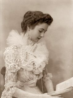1900s Lady reading a book