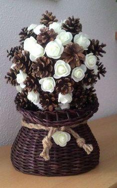 Best 12 Amazing Tree of pine cones – SkillOfKing. Diy Home Crafts, Fall Crafts, Christmas Crafts, Crafts For Kids, Rustic Christmas, Christmas Diy, Christmas Wreaths, Christmas Decorations, Pine Cone Art