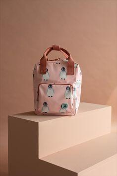 Studio Ditte rugzak met pinguïns. Mooie stevige rugzak voor kinderen die voor het eerst naar school of de kinderopvang gaan. Aan de binnenkant van de tas vind je een insteekvak over de hele rug die sluit met klittenband. Het hoofdvak is ruim en heeft een verstevigde bodem, waardoor de tas mooi in vorm blijft. Je kunt verrassend veel spullen kwijt in deze rugzak. #kinderopvang #backtoschool Kids Backpacks, School Backpacks, Jaguar Spots, Animal Pencil Case, Case Studio, Striped Backpack, Pet Bottle, Tiger Stripes, Childcare