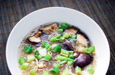 Vegan sweet & sour shiitake mushroom and rice vermicelli soup Rice Vermicelli, Asian Noodles, Noodle Soup, Vegan Recipes Easy, Soup And Salad, Vegan Vegetarian, Salad Recipes, Soups, Salads
