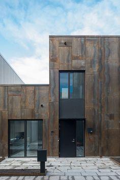 Innanför den rostiga fasaden med industrikänsla döljer sig stora öppna ytor, ett fantastiskt ljusinsläpp och exklusiva materialval. Och det bästa av allt? Husen ligger riktigt centralt.