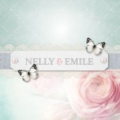 Trouwkaart met pastel vintage achtergrond met grote dromerige roos. Linnengrijze strook met kant over de kaart en etiket met parels en witte vlindertjes.