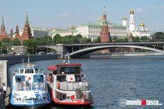 """Un giro in #battello è una delle attrazioni turistiche """"da fare"""" a #Mosca. Questo è Il #Cremlino visto dalla #Moscova"""