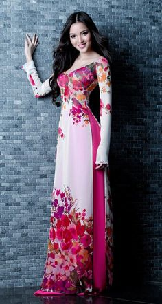This long dress this perfect to wear in the spring. Vietnamese Traditional Dress, Vietnamese Dress, Traditional Dresses, Indian Dresses, Indian Outfits, Lehenga, Pretty Dresses, Beautiful Dresses, Beautiful Women