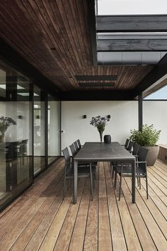 A perfect combination of brown, white and black colours! Green Plants, Villa, Colours, Lighting, Outdoor Decor, Modern, Table, Furniture, Home Decor