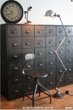 Enrouler du feuillage le long de la lampe et y suspendre les éléments papeterie