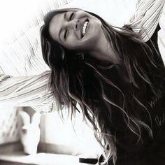 """Gisele Bundchen: """"If you see someone without a smile, give them one of yours! Se você encontrar alguém sem um sorriso, dê a ele um dos seus!"""""""