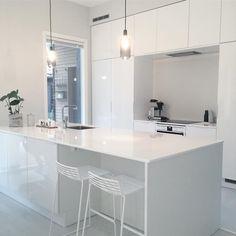 Käytännöllinen ja tyylikäs saareke modernissa valkoisessa keittiössä. Kitchen Room Design, Kitchen Interior, Kitchen Decor, Minimalist Home Interior, Scandinavian Home, Living Room Inspiration, Kitchen Furniture, Home And Living, Decoration