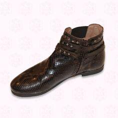 Schicke Stiefeletten von Gallucci, in braun mit schlangeneffekkt, mit zwei Schnallen und Metallnieten. Alles echtes Leder, genähte Ledersohle.  123,20 €
