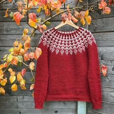 A top-down Icelandic-inspired stranded yoke sweater. This pullover is labored seamlessly from the highest down, beginning with a easy rolled neckline. The yoke is knit in stranded shade work, then quick row shaping is Fair Isle Knitting Patterns, Sweater Knitting Patterns, Knitting Designs, Knit Patterns, Punto Fair Isle, Icelandic Sweaters, Nordic Sweater, Feather Pattern, Ravelry