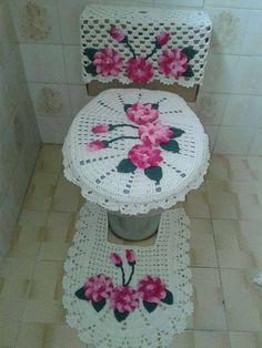 CURSO-TALLER DE COMO HACER HERMOSOS JUEGOS DE BAÑO TEJIDOS MUY FÁCILES PASO A PASO Crochet Home, Diy Crochet, Crochet Crafts, Crochet Doilies, Crochet Projects, Valentine Baskets, Vintage House Plans, Drops Design, Bathroom Sets