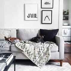 You want to decorate your living room in gray and white? Find our 82 suggestion for a chic gray and white living room. New Living Room, Living Room Interior, Home And Living, Living Room Decor, Modern Living, Hamilton Sofa, Style Deco, Living Room Inspiration, Living Room Designs