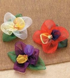 These flower pins would be so cute on a jacket lapel, a tote bag or even a sun hat...