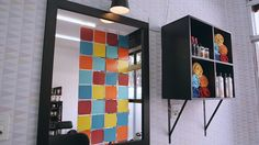 Divisória colorida dá privacidade ao cômodo, sem perder o charme