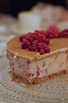 Puolukka-kinuskijuustokakku Vegan Desserts, Dessert Recipes, Just Eat It, Sweet Pastries, Piece Of Cakes, Sweet And Salty, Christmas Desserts, Yummy Cakes, No Bake Cake