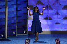 """Stilsicher und elegant: Michelle Obama beweist mit ihrem blauen Kleid von """"Project Runway""""-Gewinner Christian Siriano wieder einmal…"""