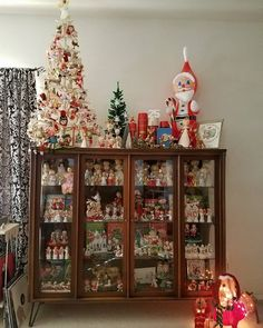 The Holy Grail of Xmas Kitsch! And I want the cabinet! {GM} Old Time Christmas, Modern Christmas, Old Fashioned Christmas, Christmas Scenes, Retro Christmas, Christmas Displays, Christmas Holidays, Christmas Stuff, Christmas Crafts