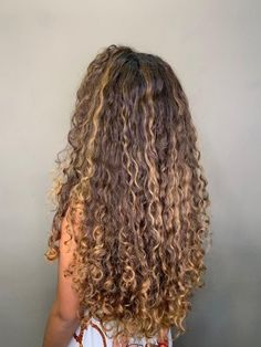 Dyed Curly Hair, Brown Curly Hair, Colored Curly Hair, Curly Hair Tips, Curly Hair Styles, Long Curly Blonde Hair, Honey Brown Hair, Honey Blonde Hair, Brown Blonde
