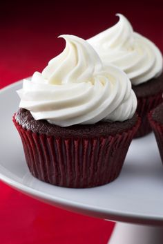 Chocolate raspberry cupcakes 33 Gluten-Free And Vegan Chocolate Desserts Vegan Cupcake Recipes, Gluten Free Cupcakes, Gluten Free Desserts, Dairy Free Recipes, Vegan Desserts, Just Desserts, Delicious Desserts, Yummy Food, Plated Desserts