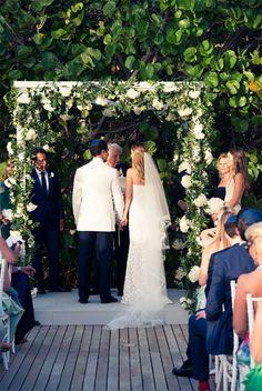 Casamento na praia em St. Barth - cerimônia judaica - decoração da chuppah com flores brancas e folhagens