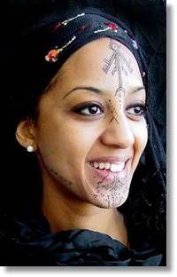 En lo que se refiere a sus mujeres, acostumbran a ostentar tatuajes faciales cuyas peculiaridades se registran oficialmente en los santuarios