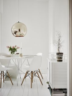 Clever use of space - Hege in France white dining room eames chairs panton, round dining table gold pendant light string shelves green plant White Dining Room Sets, White Round Dining Table, Dining Tables, Dining Set, Console Table, Eames Dining Chair, Dining Room Lamps, Rattan Chairs, Esstisch Design