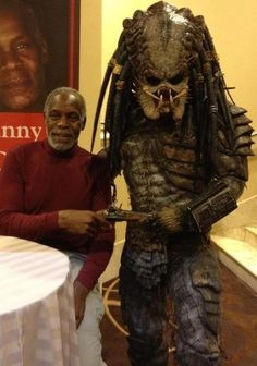 Danny Glover Next To A Predator Costume Danny Glover, Predator Movie, Alien Vs Predator, Predator Series, Zombies, Art Alien, Predator Costume, Predator Cosplay, Giger Alien
