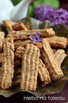 Bardzo dobre, pełnoziarniste herbatniki, chrupiące ciasteczka z mąki razowej wypieku swojej mamy przywiozła do nas Gosia. Chrupiące, kruche, prawdziwie domowe ciastka z sercem. Niezbyt słodkie, zdrowsze niż te ze zwykłej mąki pszennej, z dużą ilością błonnika. Przechowywane w zakręcanym słoju długo zachowują świeżość. Do zabrania do pracy, do kawy, herbaty, do mleka- jak kto woli. …