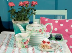 How lovely is this vintage inspired teapot? This would certainly brighten up any afternoon tea spa day! Mint Candy, Mad Hatter Tea, Mad Hatters, Teapots And Cups, Ceramic Teapots, Tea Art, How To Make Tea, High Tea, Afternoon Tea