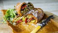 Brokkoli- og chorizorull Calzone, Chorizo, Mozzarella, Pesto, Baked Potato, Yummy Treats, Food To Make, Breakfast Recipes, Bacon