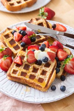 Waffle French Toast | Weelicious How To Make Waffles, How To Make Breakfast, Breakfast For Kids, Breakfast Recipes, French Toast Waffles, Baking Bad, Cinnamon Raisin Bread, Just Eat It, Waffle Iron