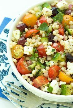 Mediterranean Chopped Salad - loaded with fresh vibrant flavors. Miam ;- )) j'ai l'eau à la bouche!