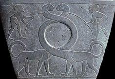 Detalle de la parte central del reverso de la PALETA NARMER. Dos animales fantasmagóricos con largos cuellos entrelazados y cabeza de león simboliza la reunificación del Alto Y Bajo Egipto en un sólo país.